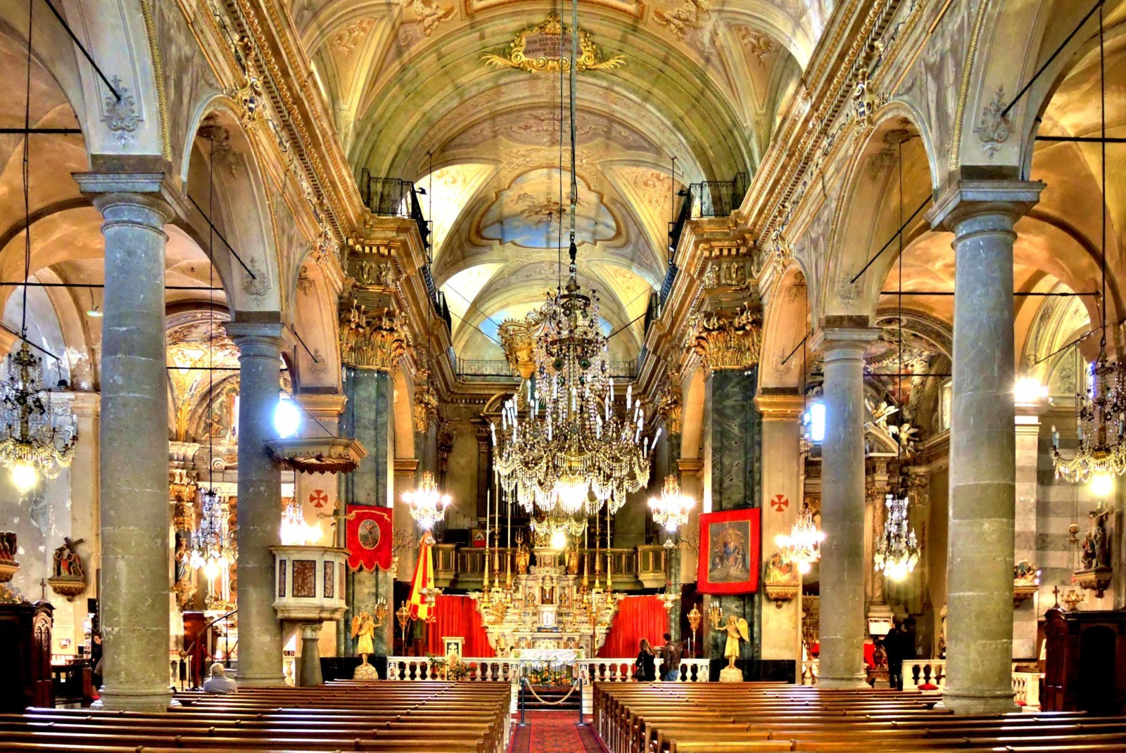 Inside the Saint-Michel basilica in Menton © Espirat - licence [CC BY-SA 4.0] from Wikimedia Commons