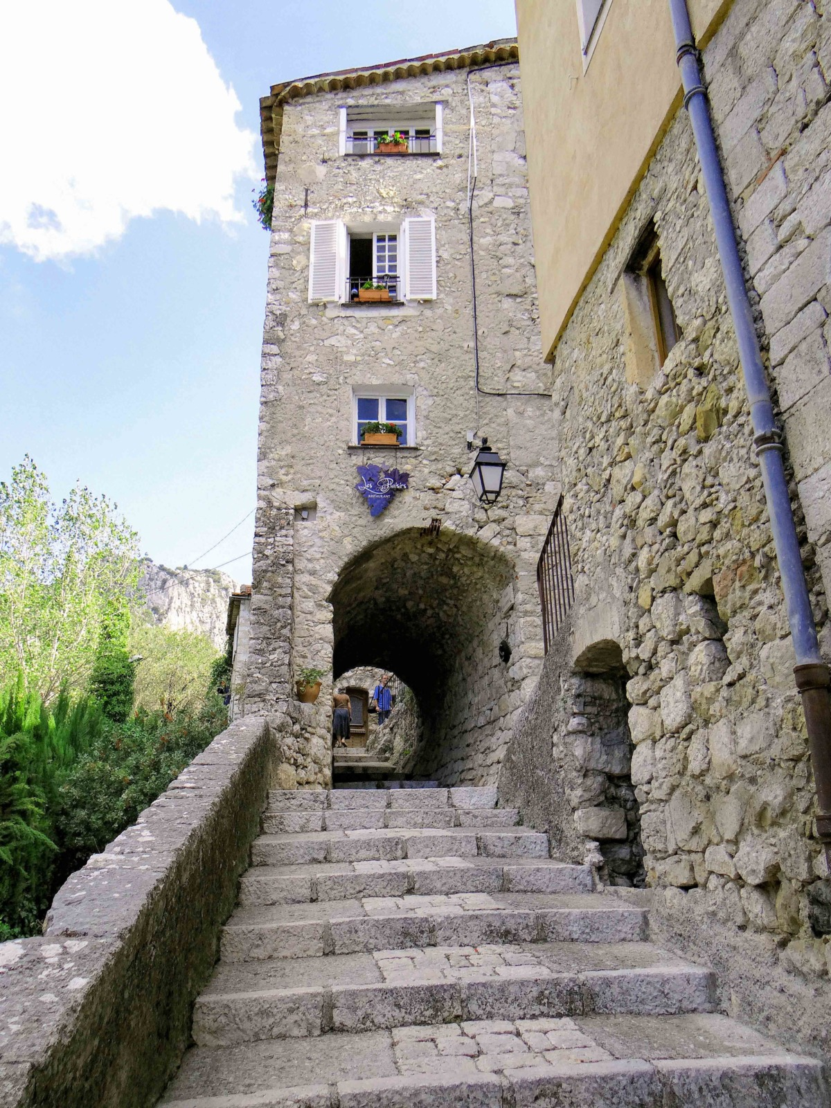 The street of Peillon with stairs and vaulted passages © Mossot - licence [CC BY-SA 3.0] from Wikimedia Commons