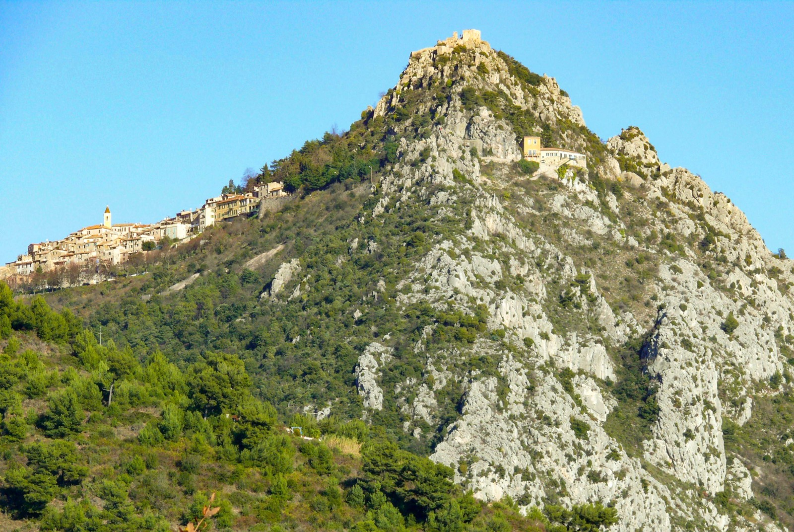 Sainte-Agnès: the village and the castle © Mossot - licence [CC BY-SA 3.0] from Wikimedia Commons