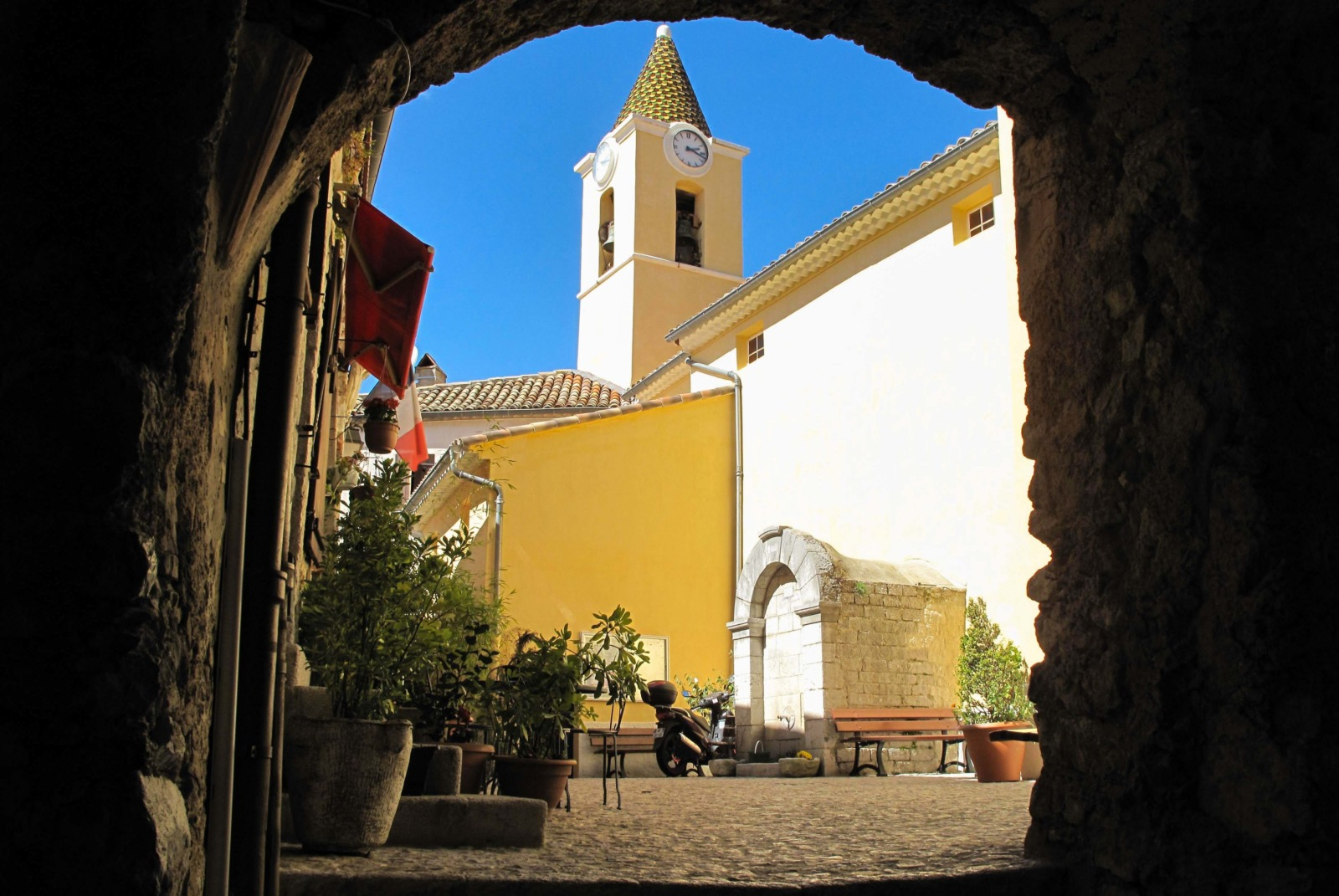 Under an old arch in the village. Photo: Tangopaso (Public Domain)
