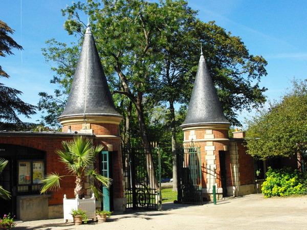 Medieval entrance of Route de Sèvres, Parc de Bagatelle © French Moments