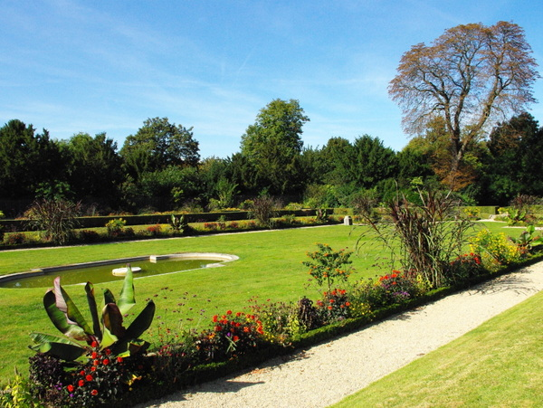 Formal garden of the chateau de Bagatelle © French Moments
