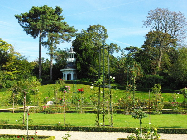 Empress Kiosk and rose garden, Parc de Bagatelle © French Moments