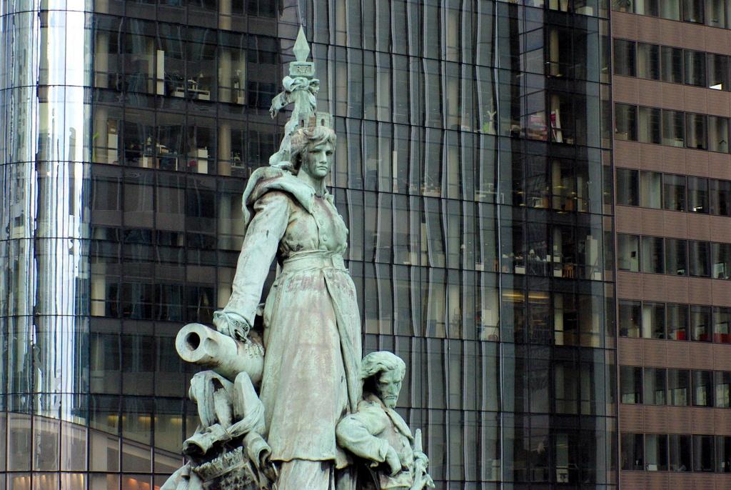 The statue of La Défense de Paris © French Moments