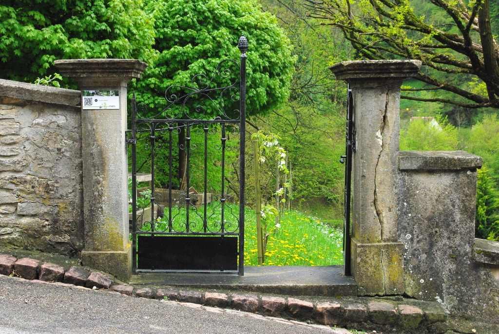 The entrance to the medieval garden © French Moments