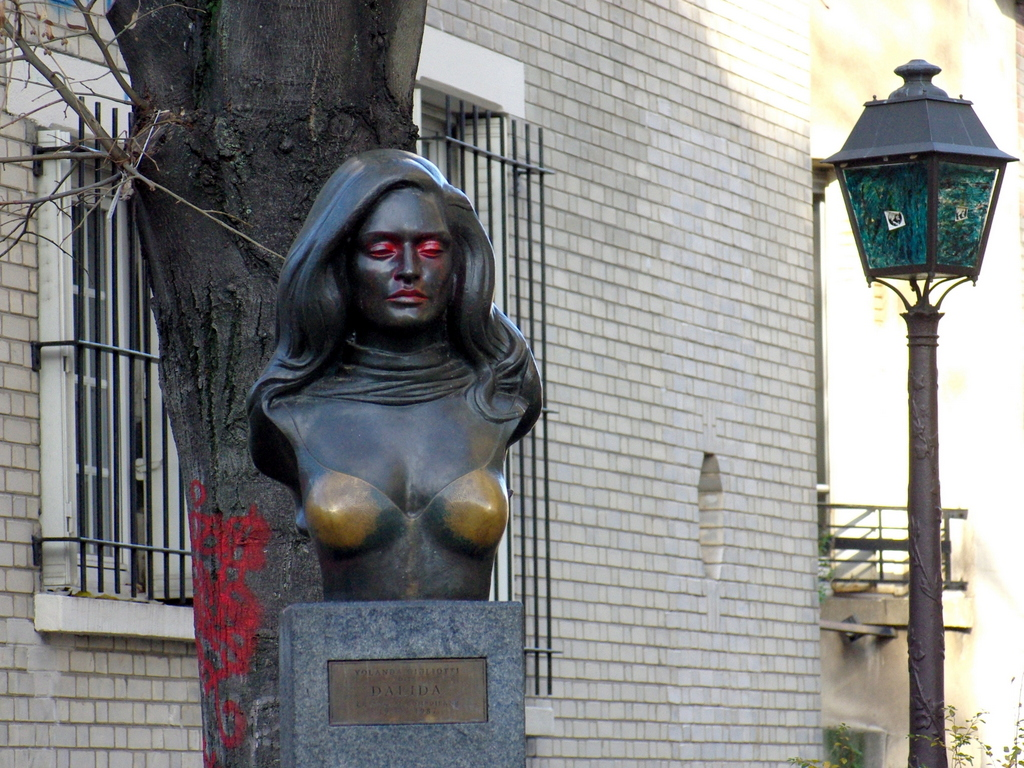 The bronze bust of Dalida in Montmartre © French Moments