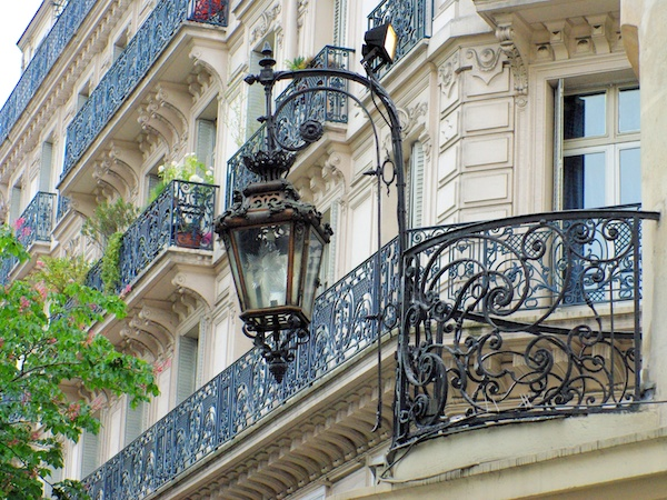 Lamp post at the corner of Rue du Dragon and Carrefour de la Croix Rouge © French Moments