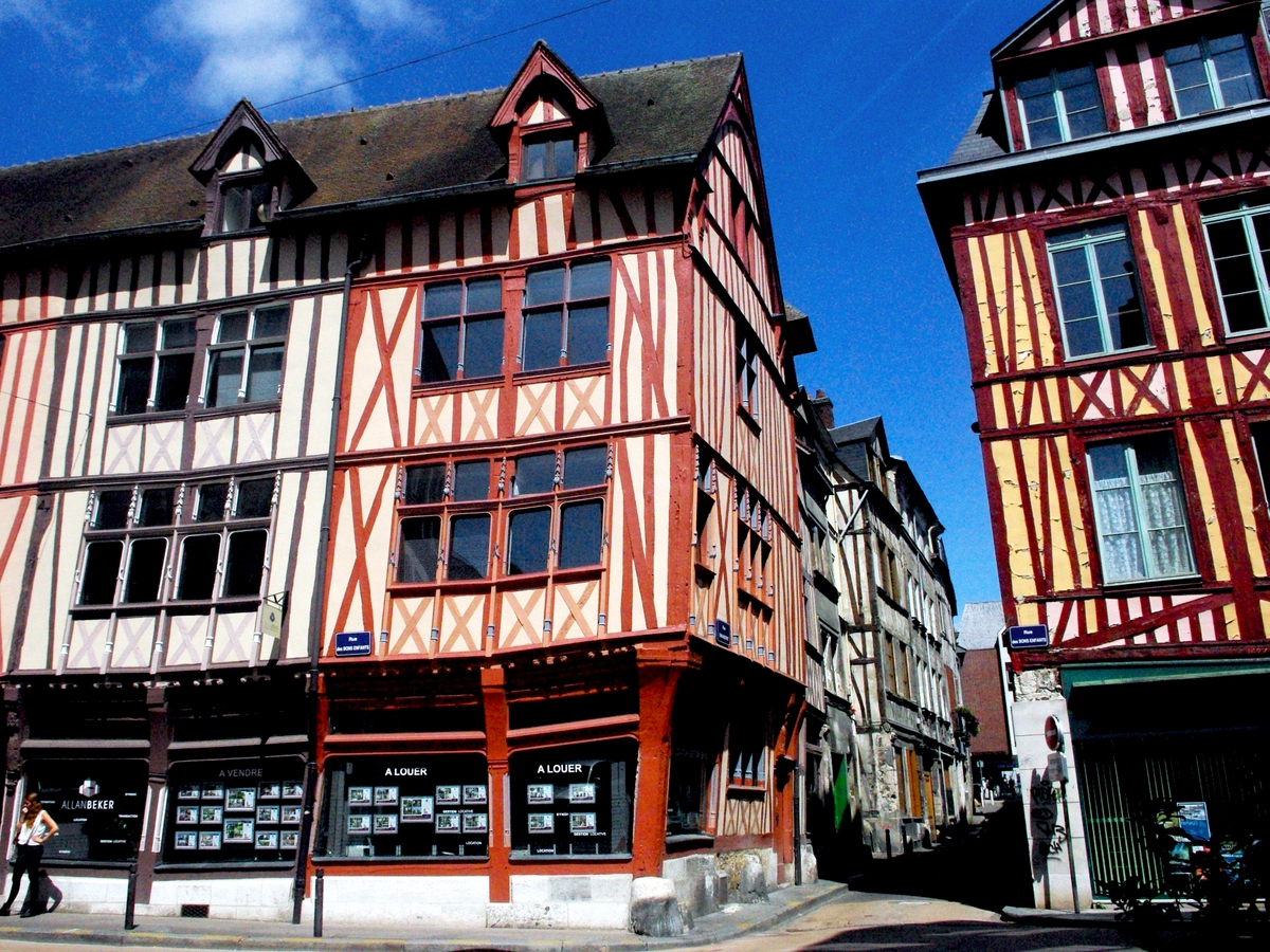 Walking in the old town of Rouen: Rue des Bons Enfants © French Moments