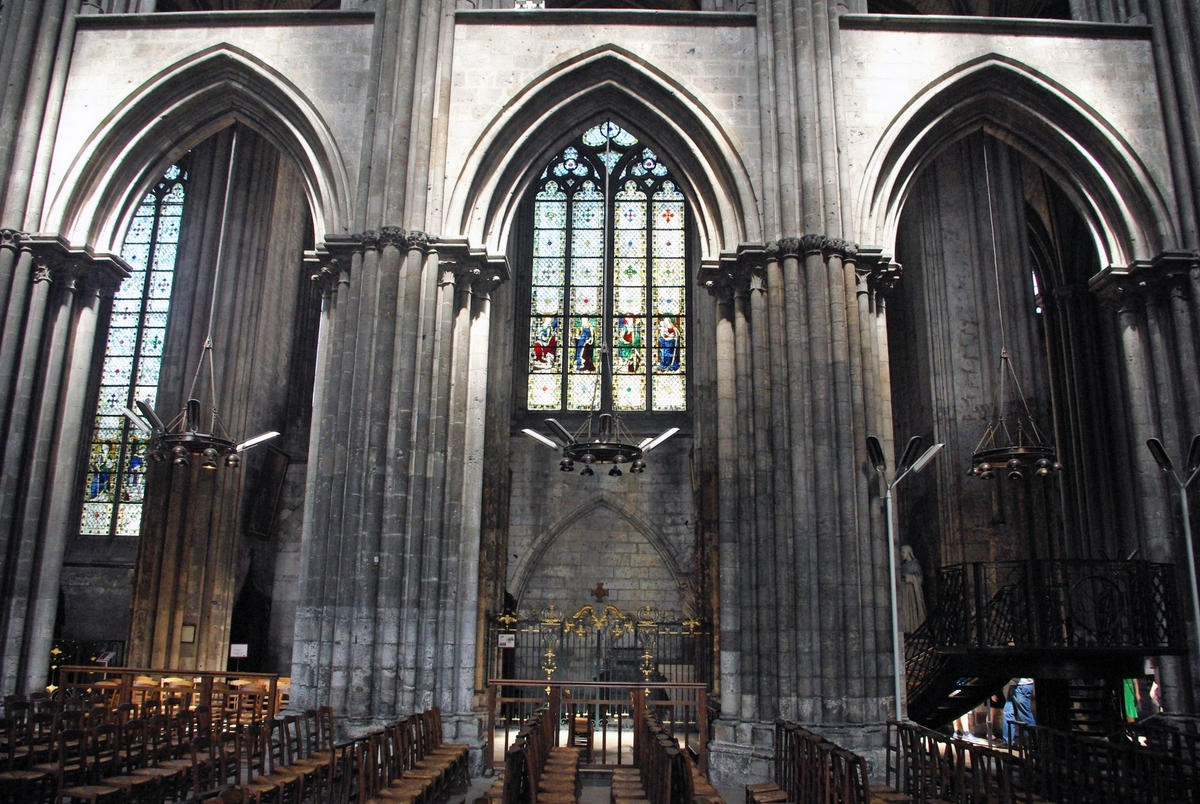 Pointed arches of the nave © French Moments