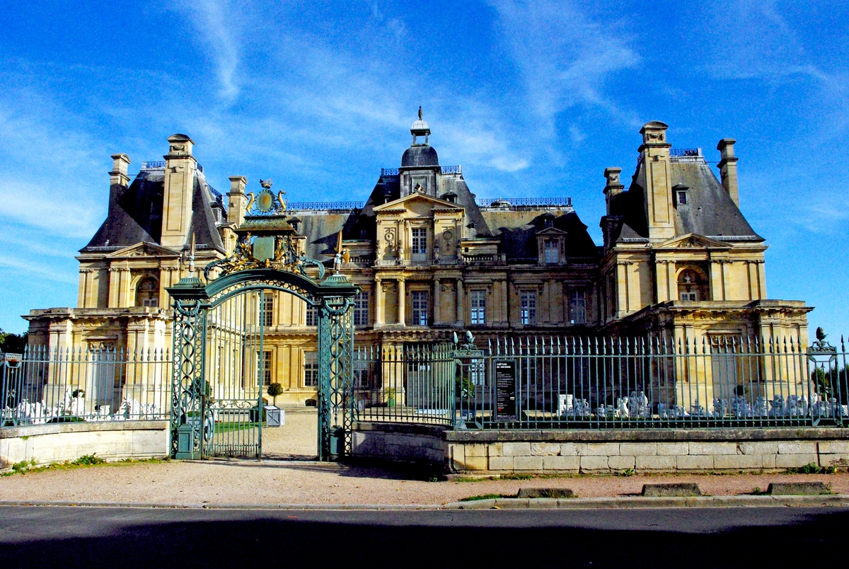 Entrance to the chateau of Maisons-Laffitte © French Moments