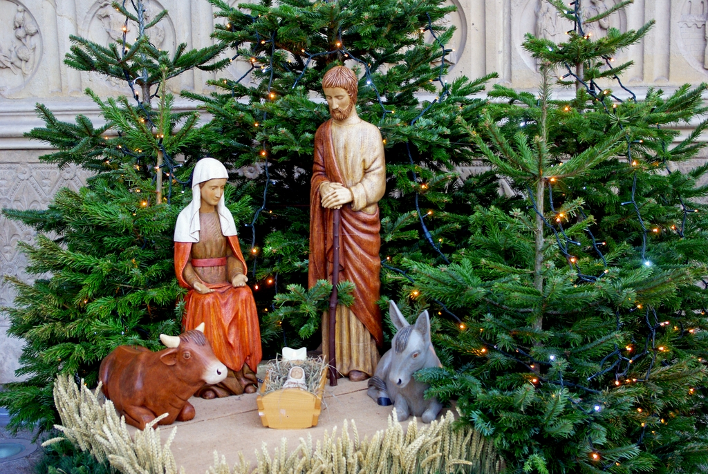Nativity Scene at the central portal of Notre-Dame © French Moments