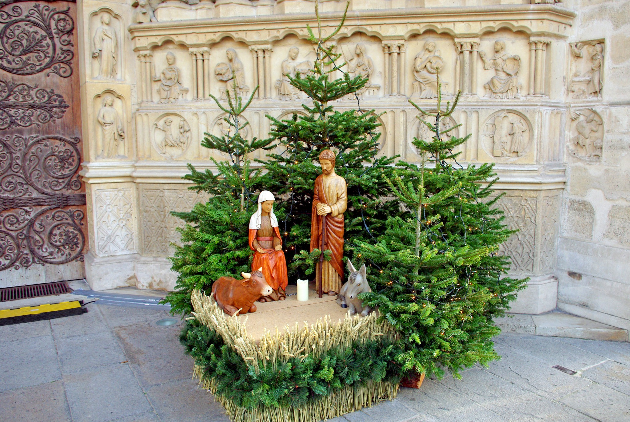 A sober Nativity Scene under the central portal of Notre-Dame © French moments