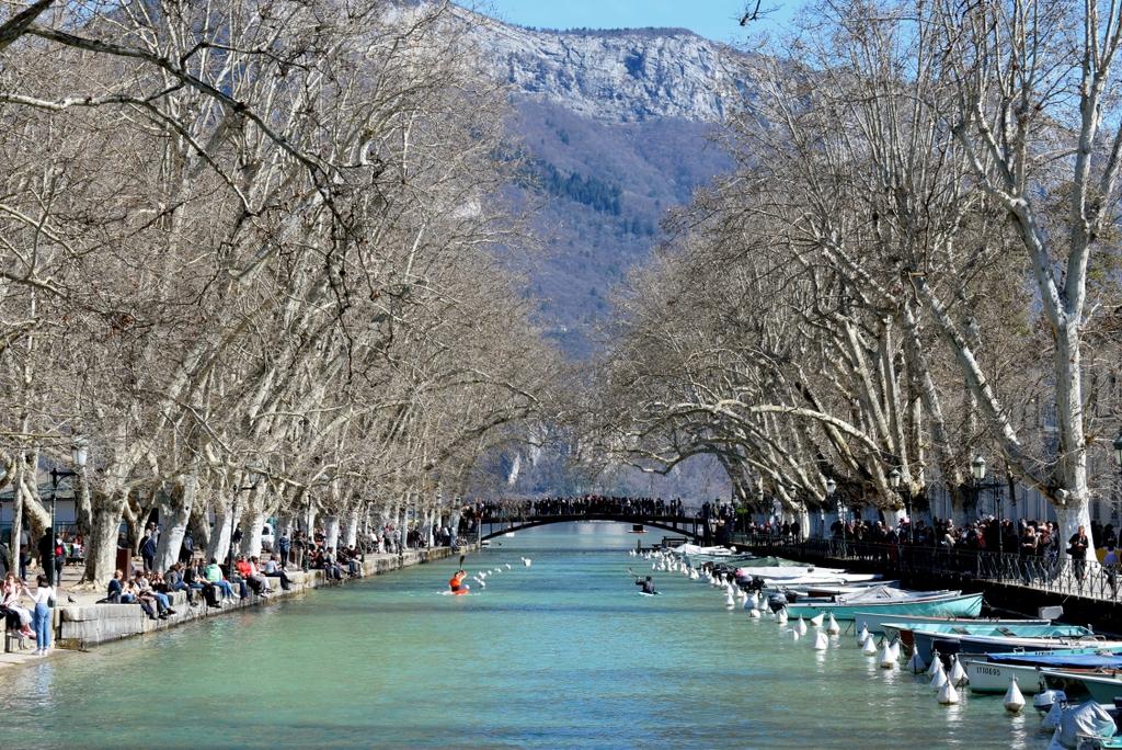 Annecy - Canal de Vassé and Pont des Amours © French Moments