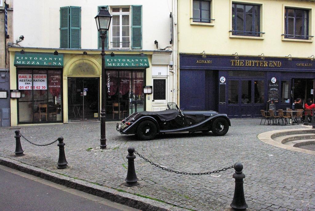 Place Saint-Pierre, Saint-Germain-en-Laye © French Moments