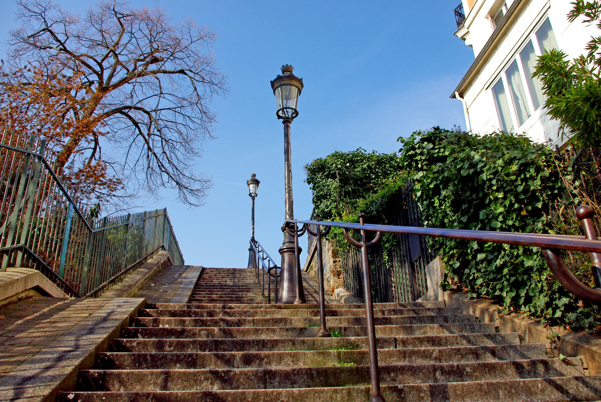 The stairs of rue Maurice Utrillo leading to the Sacré-Cœur, Montmartre © French Moments