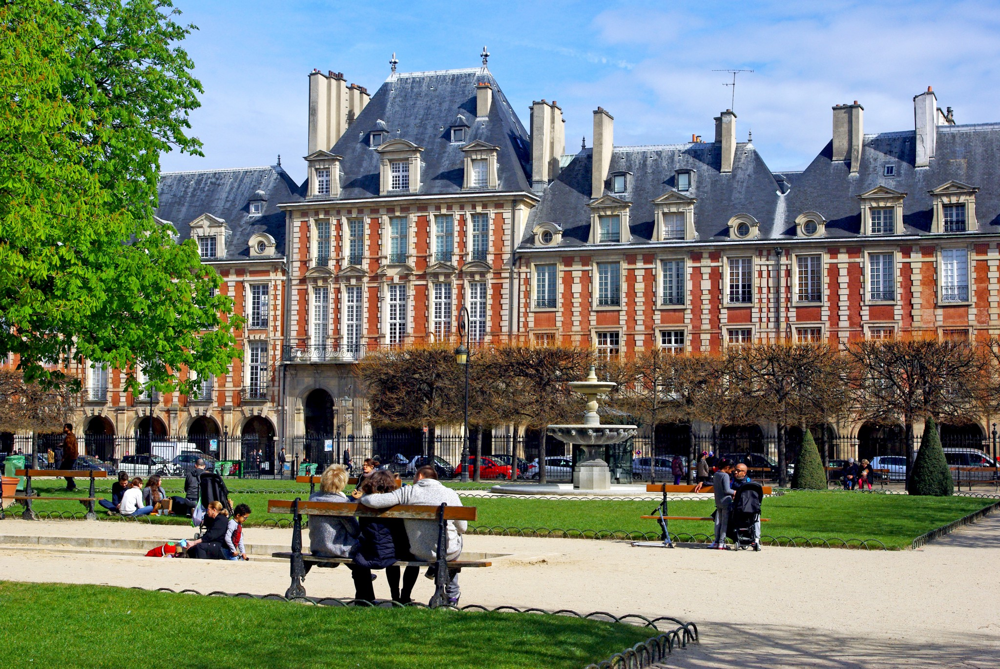 What a beautiful Saturday morning to spend on the Place des Vosges, Paris (on 9. April 2016) © French Moments