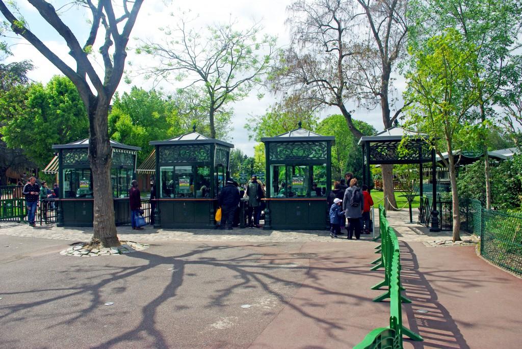 The entrance to the Jardin d'Acclimatation (Entrée des Sablons) © French Moments