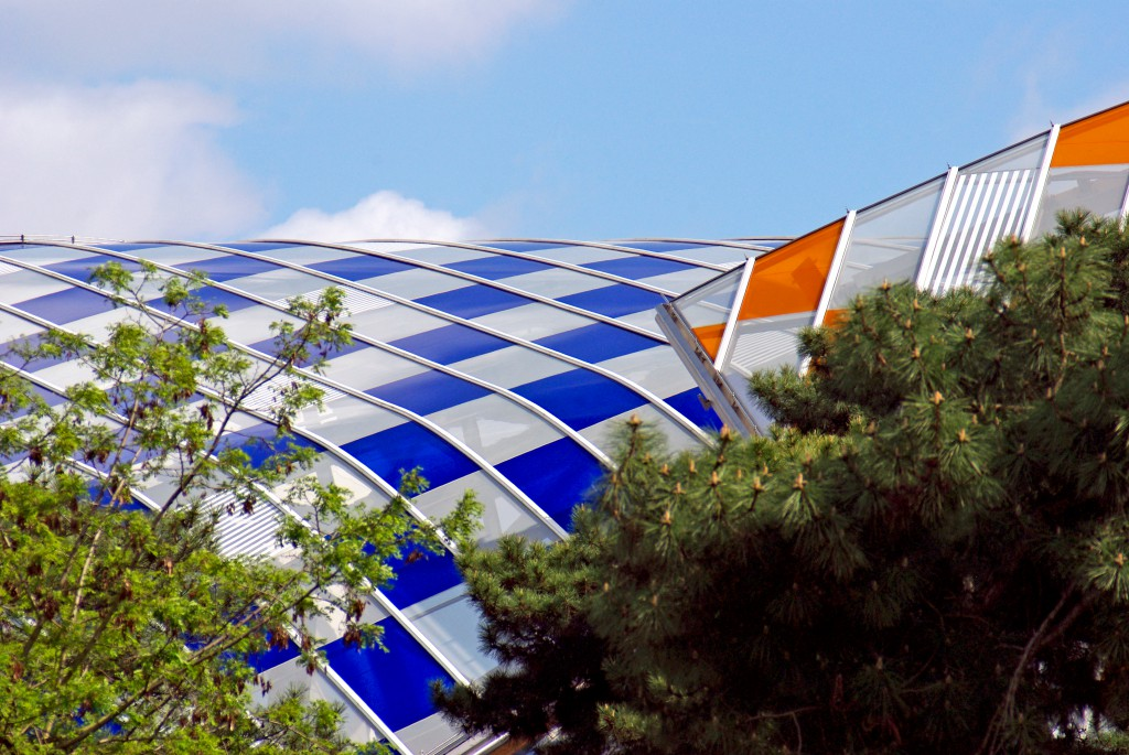The Fondation Louis Vuitton emerging from above the tops of the trees of the Jardin d'Acclimatation © French Moments