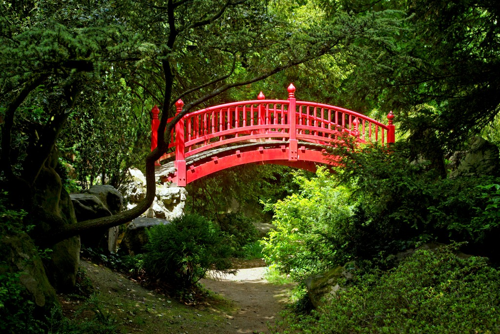 Another red Japanese-style bridge in the Parc de Boulogne © French Moments