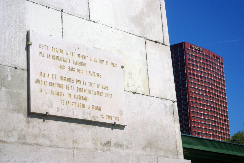 Commemorative plaque on the plinth of the Statue of Liberty, Île aux Cygnes, Paris © French Moments