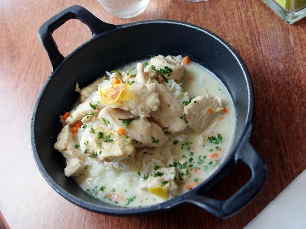 Poultry dish at Les Cocottes de chez Blanchet in Maisons-Laffitte © French Moments