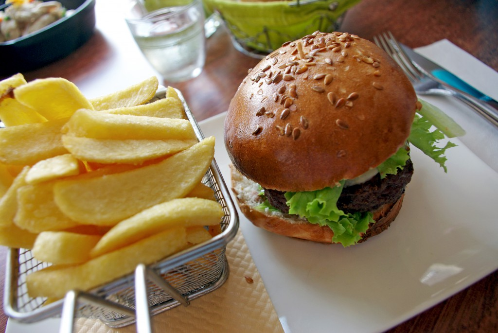 Homemade hamburger and fries at Les Cocottes de chez Blanchet in Maisons-Laffitte © French Moments