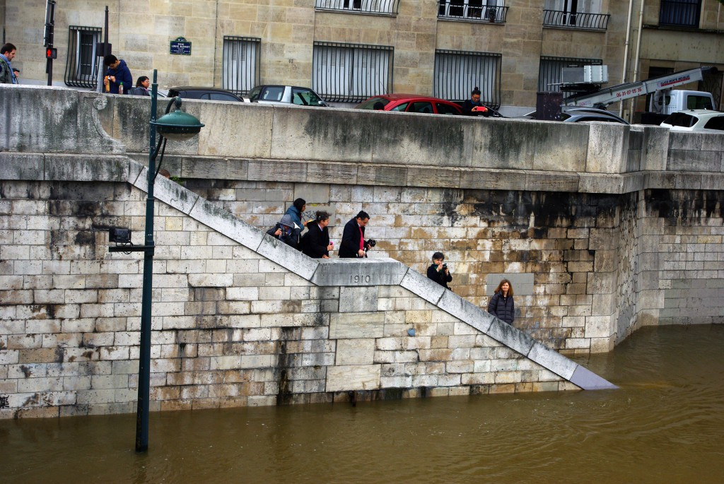 The level of the 1910 Great Flood compared to the 2016 water level. Pont Mirabeau, Paris © French Moments