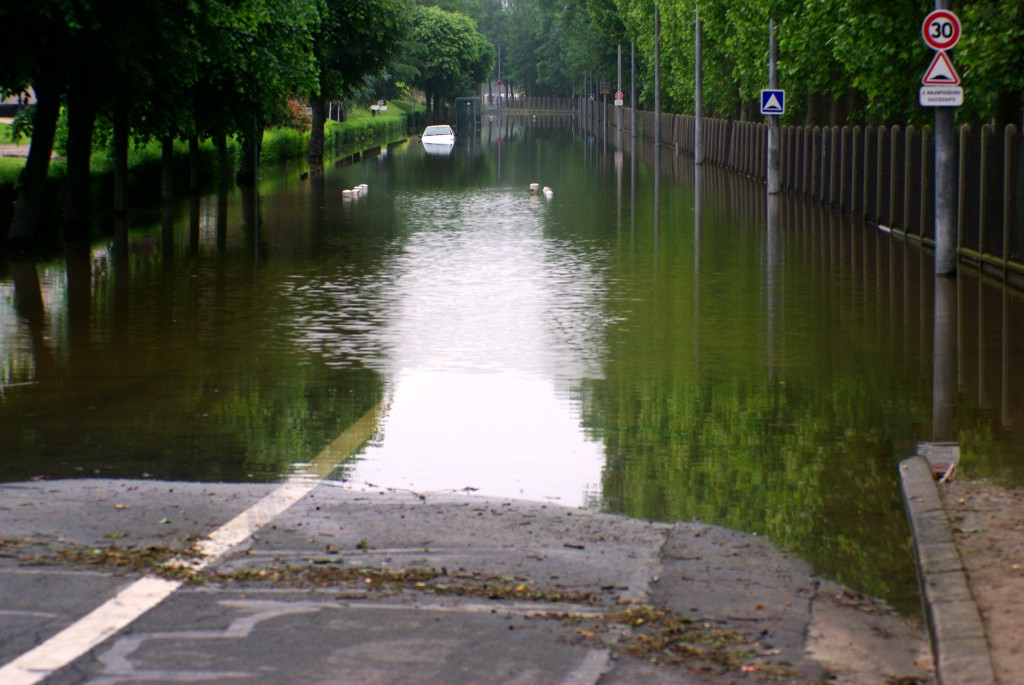 Flooded street in Maisons-Laffitte © French Moments