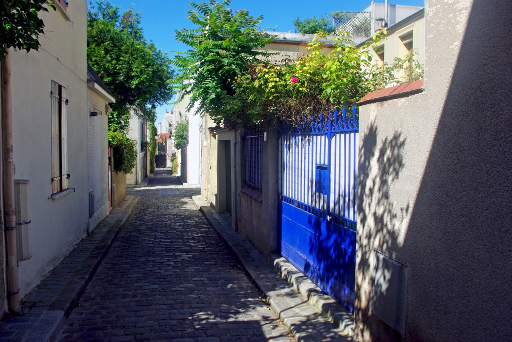 The narrow street in the 20th arrondissement of Paris © French Moments