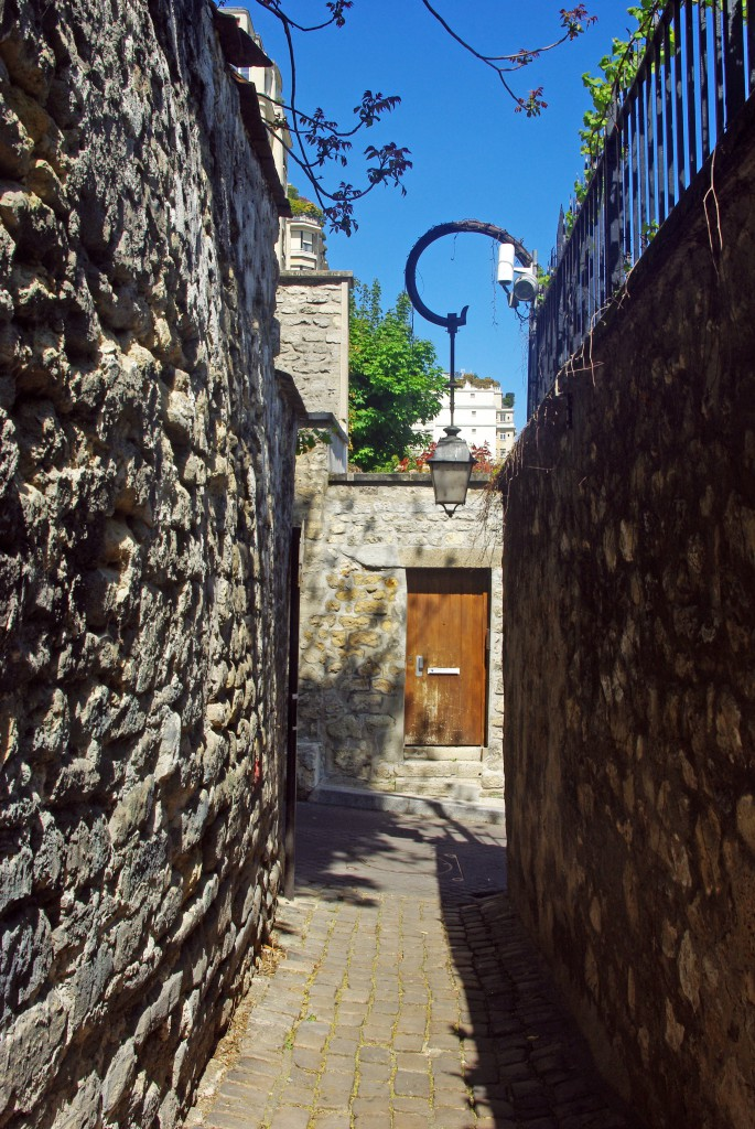 The narrow street in the 16th arrondissement of Paris © French Moments
