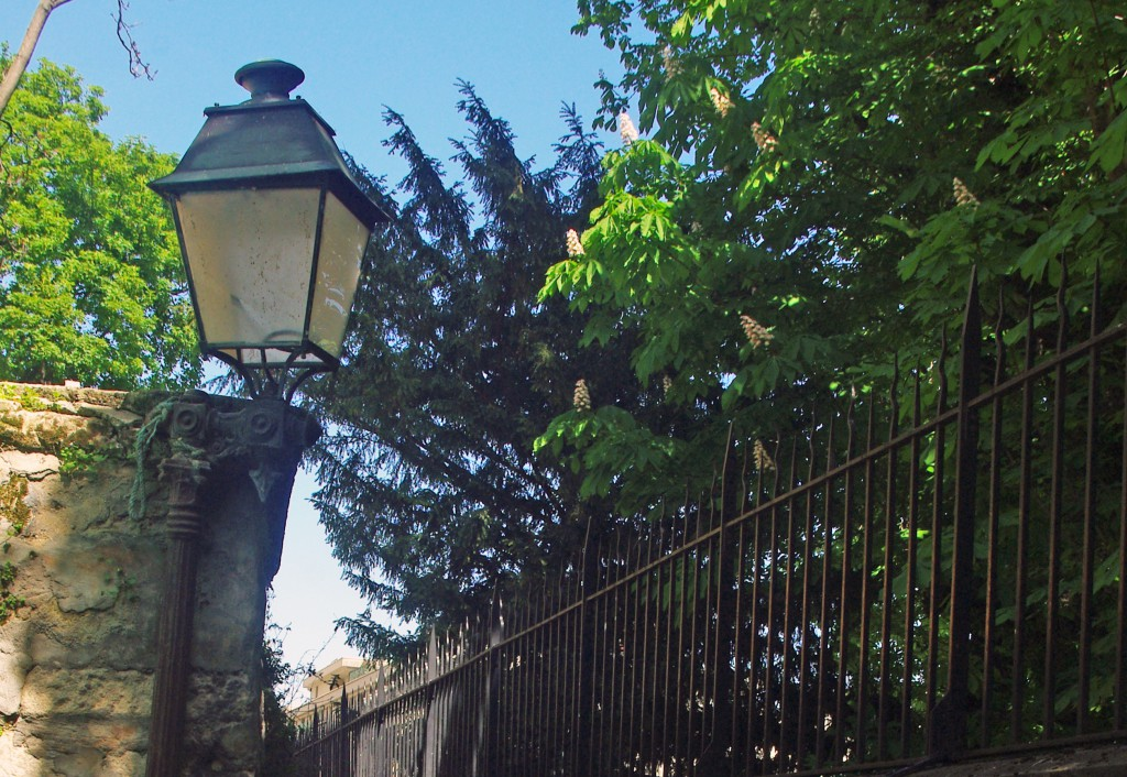 Lamppost in the 16th arrondissement of Paris © French Moments