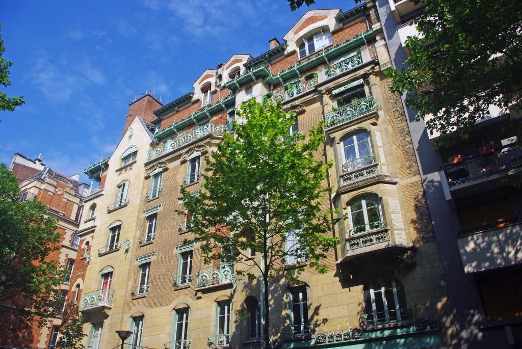 The Art Nouveau façade on rue de la Fontaine © French Moments
