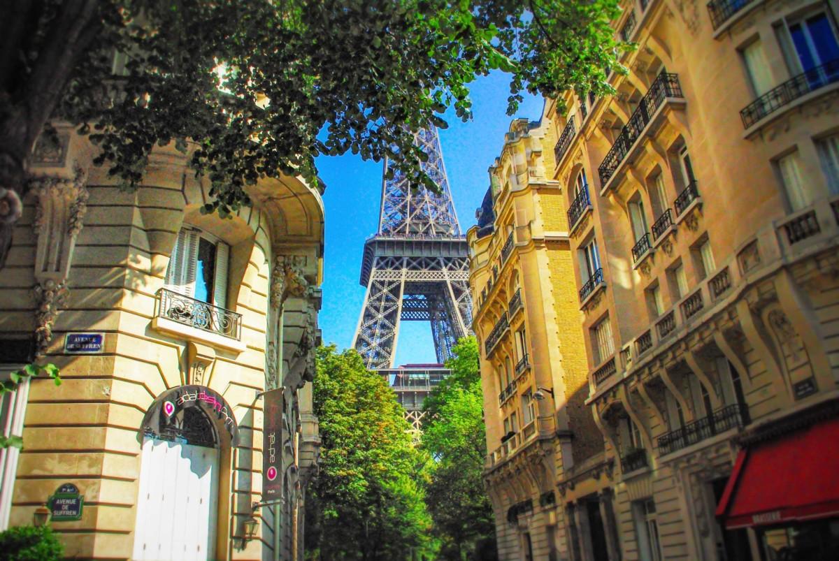 Best shots of the Eiffel Tower - avenue de Suffren © French Moments