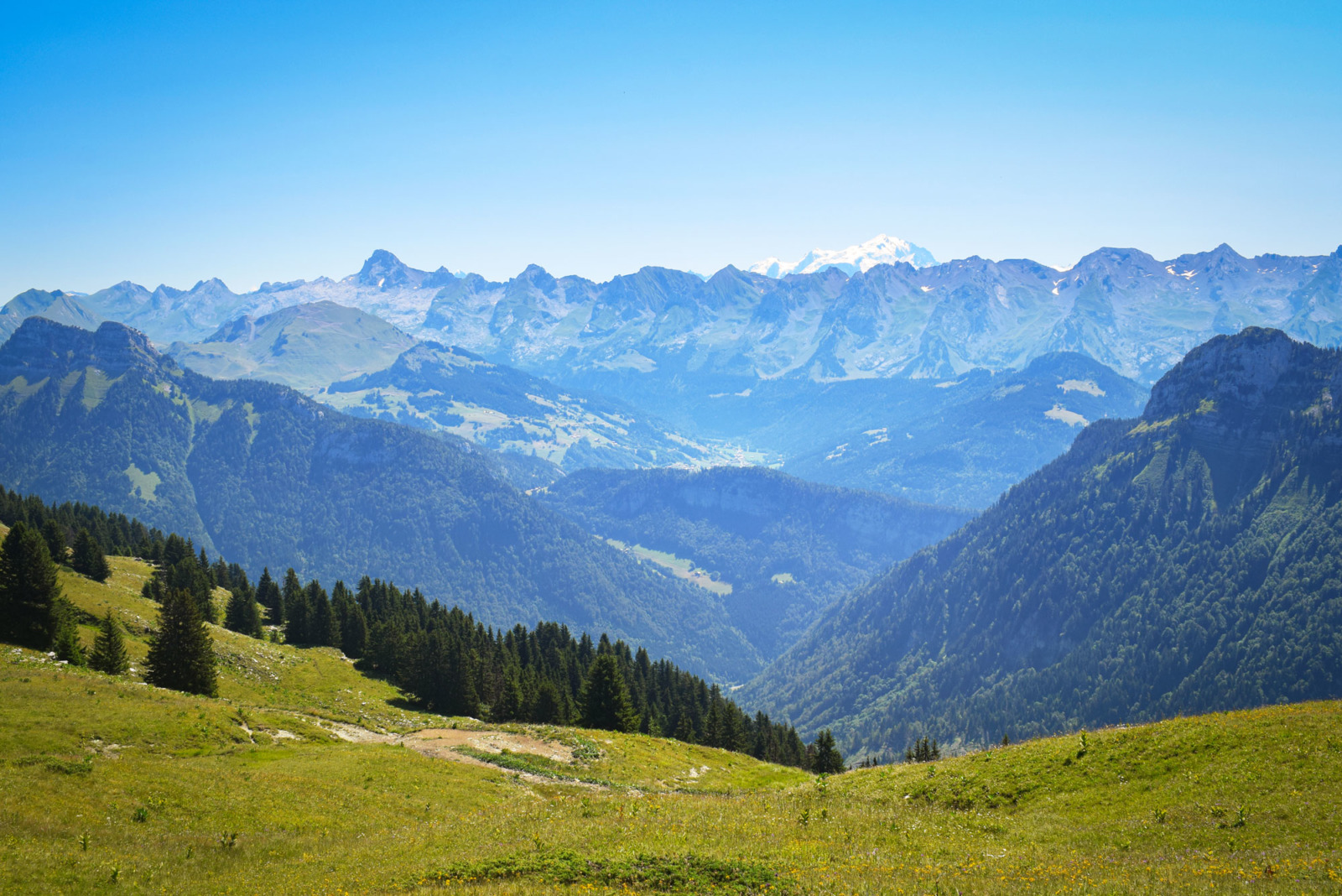 Pas du Loup : the view to the Aravis and Mont Blanc © French Moments