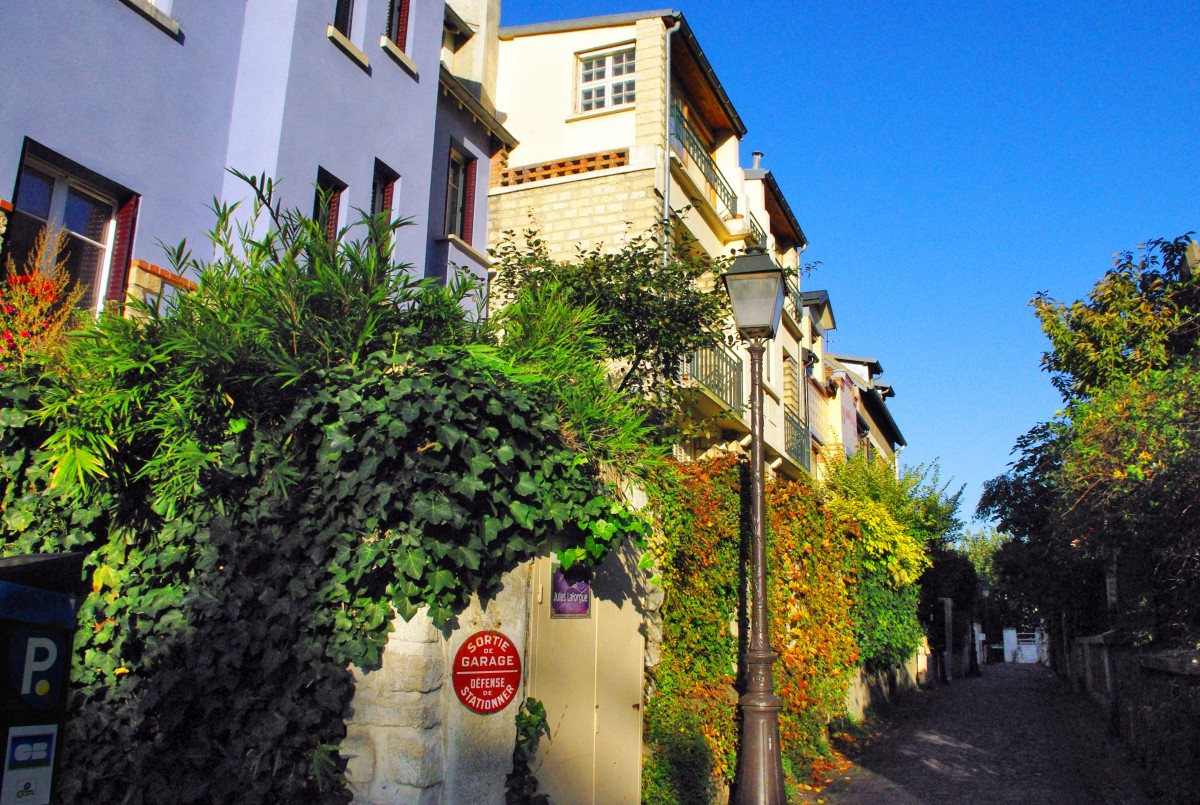 A shady alley (19th arrondissement of Paris) © French Moments
