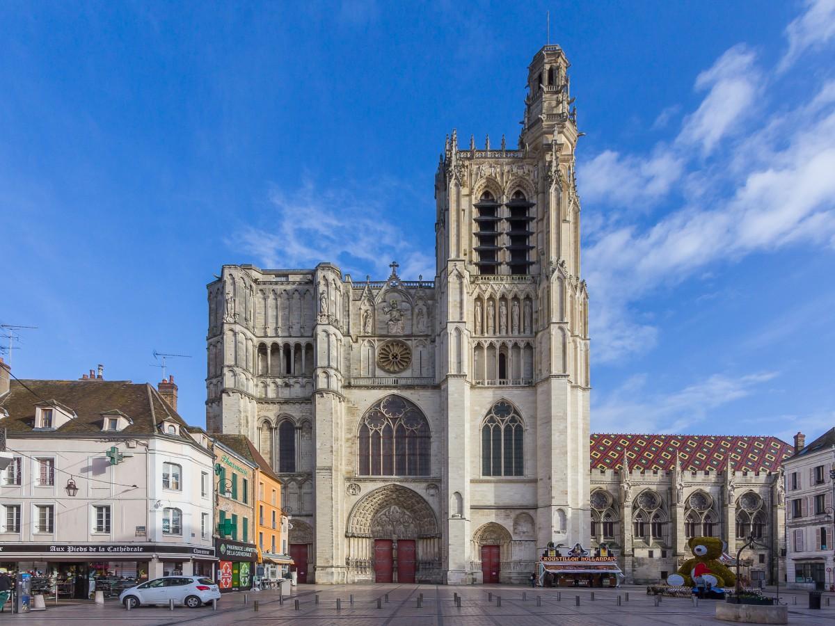 Sens Cathedral © Raimond Spekking : CC BY-SA 4.0 (via Wikimedia Commons)