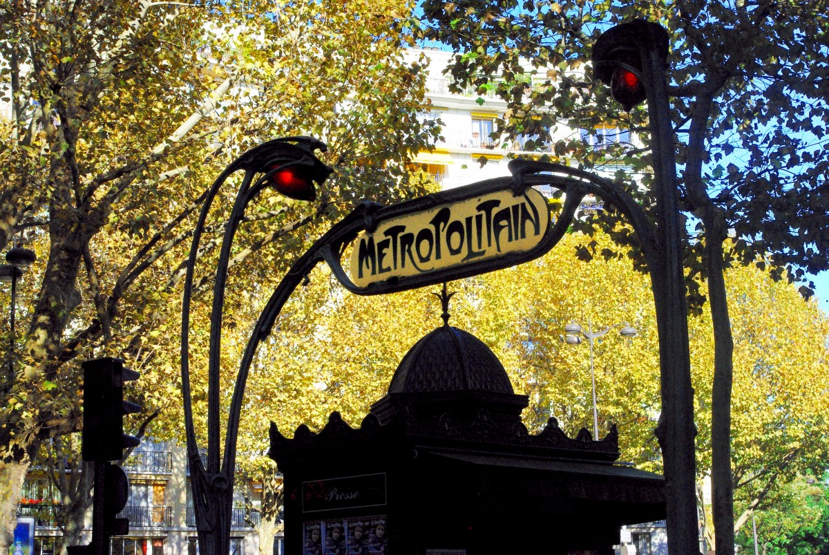 Newspaper kiosk and metro entrance in Place de Barcelone (16th arrt) © French Moments