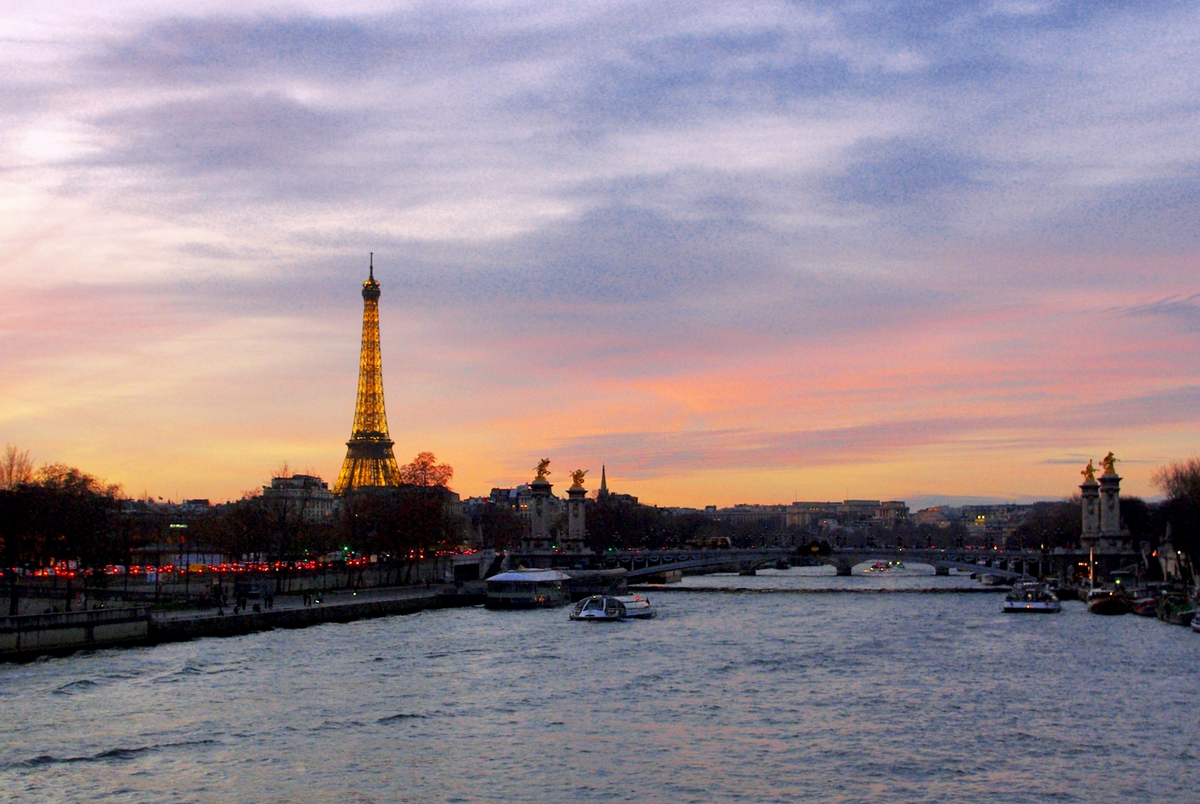 Pont Alexandre III and the Eiffel Tower seen from Pont de la Concorde © French Moments