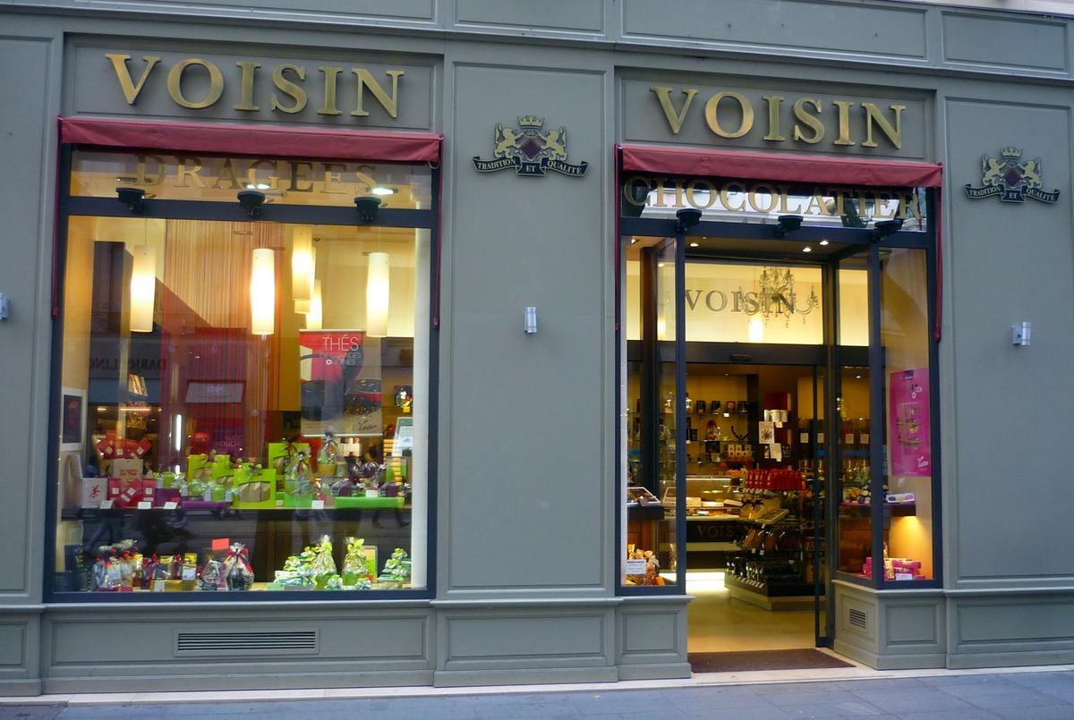 Confiserie Voisin, rue de la République © French Moments