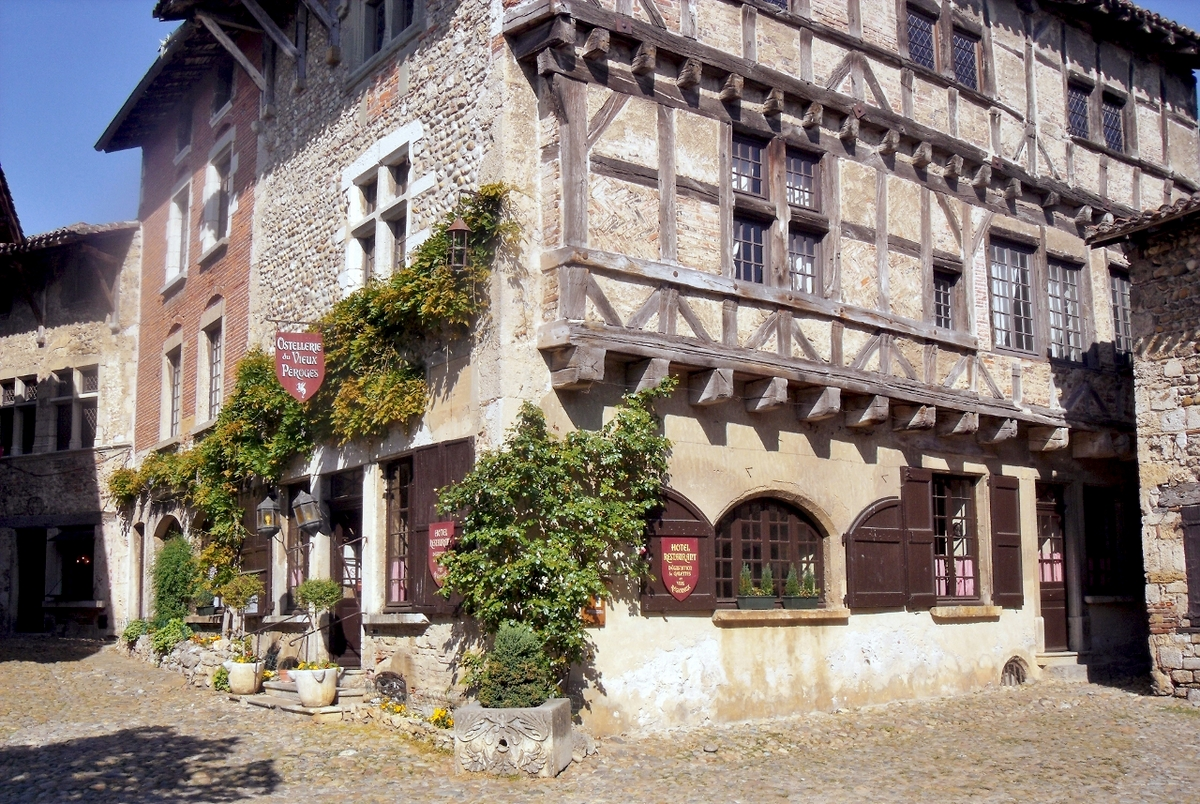 Pérouges © Peter Broster - licence [CC BY 2.0] from Wikimedia Commons