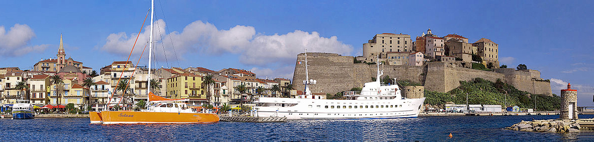 Calvi from the sea © Pierre Bona - licence [CC BY-SA 3.0] from Wikimedia Commons