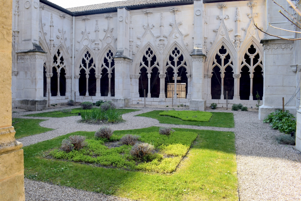 The St Gengoult cloister in Toul © French Moments