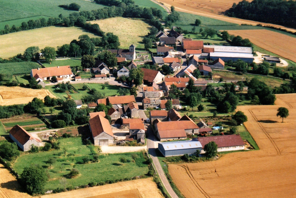 The village of Source-Seine from above © Toutoune12 - licence [CC BY-SA 3.0] from Wikimedia Commons