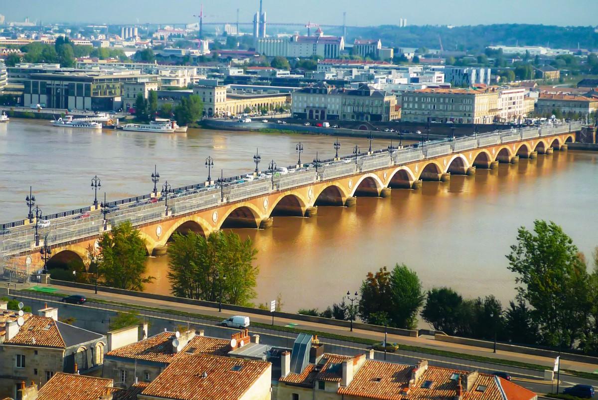 Pont de Pierre spanning the Garonne, Bordeaux © French Moments