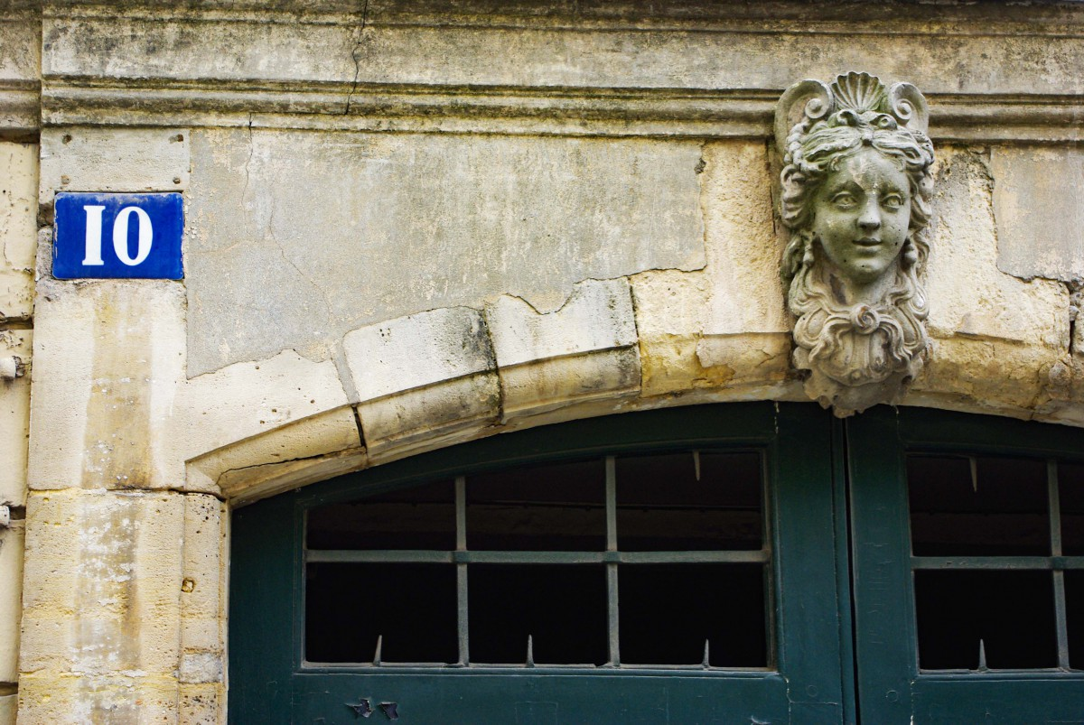 Street number plaque in the Marais (Paris) © French Moments
