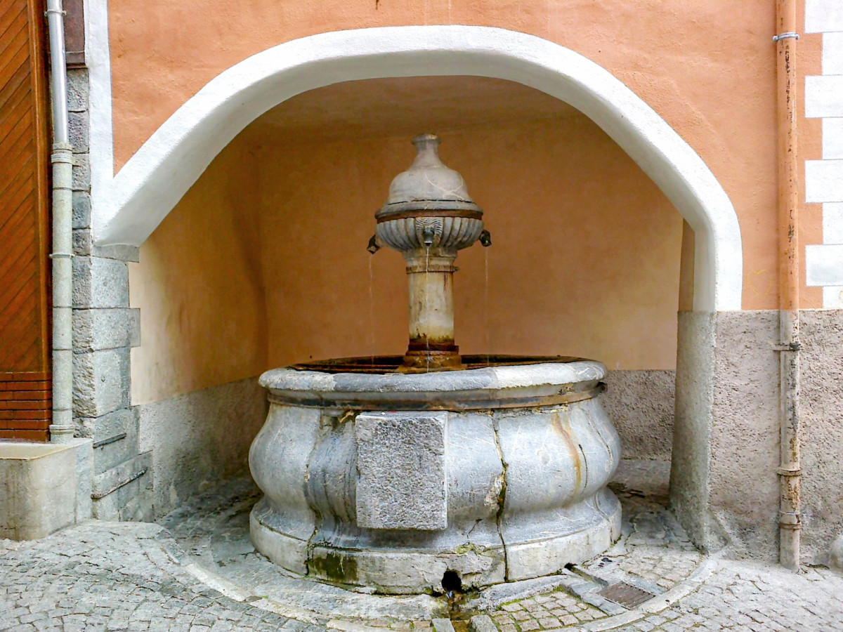 The Fontaine des Soupirs in the old town © René Boulay - licence [CC BY-SA 3.0] from Wikimedia Commons