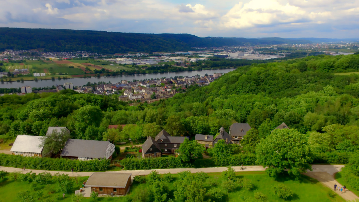 Moselle valley in the vicinity of Konz © Rhmaster - license [CC0] from Wikimedia Commons