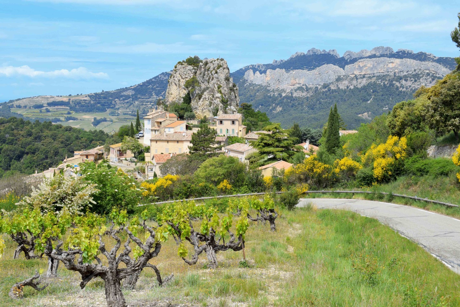 The village of La Roque Alric and the Dentelles de Montmirail in the background © French Moments