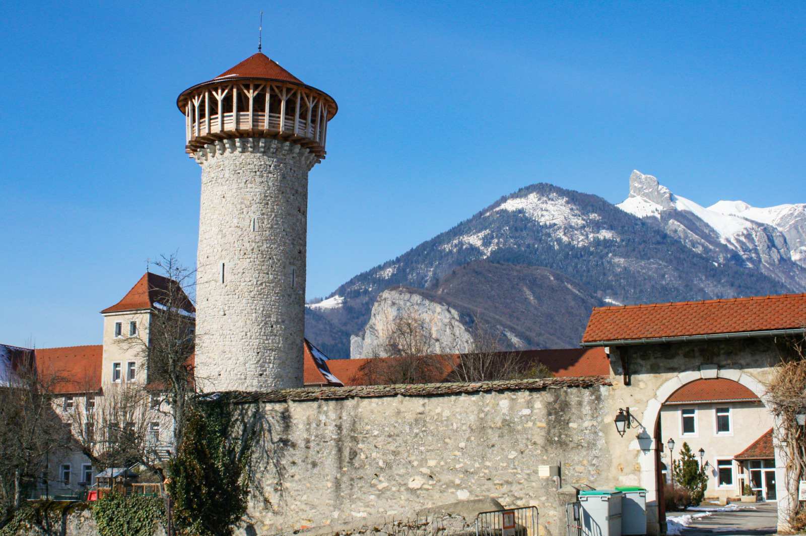 Around Annecy - Castle of Faverges © B. Brassoud - licence [CC BY-SA 4.0] from Wikimedia Commons