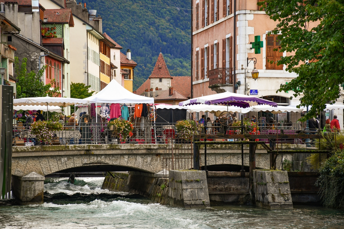 The market stalls in Annecy © French Moments